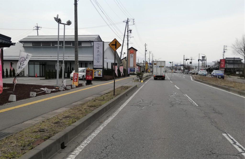 国道141号線からのつばさホール佐久平の看板および外観